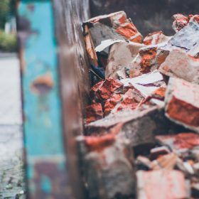 Waarom een puincontainer huren tijdens het verbouwen gemakkelijker is dan de milieustraat